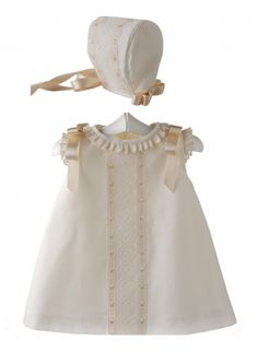 Conjunto para bebé de vestido y capota de batista organdizada y entredos Baby Girl White Dress, Little Girl Dresses, Baby Dress, Girls Dresses, Vintage Kids Fashion, Kids Frocks, Christening Gowns, Sweet Dress, Baby Girl Fashion