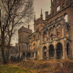 Castillo en la aldea polaca de Kopice