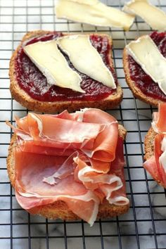 Cranberry, Brie, and Prosciutto Grilled Cheese Sooooo delicious! But around 765 calories a sandwich - ouch! Comfort Food, Sandwich Recipes, Sandwich Appetizers, Freezable Appetizers, Grill Appetizers, Vegetable Appetizers, Finger Food, Bruschetta, Love Food
