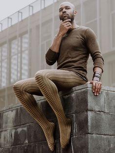 Mann trägt strumpfhosen