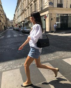 parisian style Le Fashion: The French Girl Way to Wear Cut-Off Denim Shorts Parisian Summer, Dress Like A Parisian, Parisian Chic Style, French Summer, Summer Weekend Outfit, Cool Summer Outfits, Casual Weekend, Summer Wear, Denim Shorts Outfit Summer