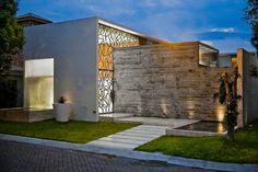 Construído pelo Taller5 Arquitectos na Mexico, Mexico na data 2009. Imagens do Roberto Ortiz. Taller5 tem sido bem sucedido numa jogada cujo tema principal é o balanço entre grandes janelas, espelhos d`água e ac...