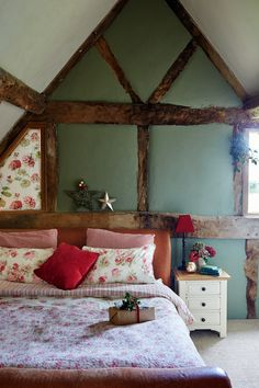 Christmas house: a renovated Tudor cottage Country Cottage Furniture, Country Cottage Bedroom, Tudor Cottage, Country Interior, Rustic Cottage, Rustic Houses, Country Cottages, Tudor House, English Cottage Bedrooms