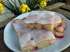 Ein saftiger und herrlich lockerer Kuchen mit Rhabarber und einem Puderzucker- Zitronen- Guss. Ein Traum von einem Blechkuchen, schnell gebacken und delikat