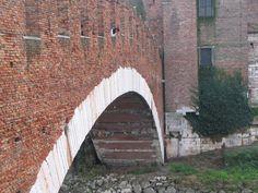 Raccolta di campioni al centro del fiume sul ponte di Castelvecchio con un barattolino legato da una corda