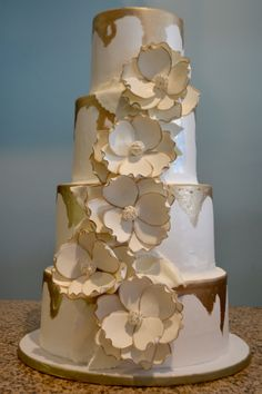 White Flowers with Painted Gold Edges Wedding Cake 6 Tier Wedding Cakes, Fondant Wedding Cakes, Wedding Cake Stands, Wedding Cake Rustic, Beautiful Wedding Cakes, Volleyball Cakes, Christening Cake Boy, 18th Birthday Cake, Birthday Cake Decorating