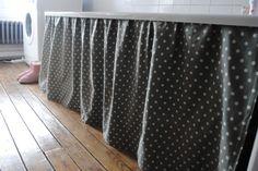 Couture d'un rideau pour remplacer le tablier de la baignoire.
