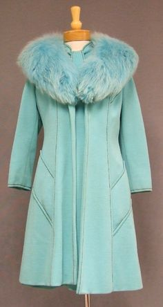 An AMAZING Lilli Ann knit suit in aqua with dark brown contrast stitching. Short sleeved shift with tie neck and button trimmed pockets. Matching coat with HUGE aqua faux fur collar Azul Tiffany, Verde Tiffany, Tiffany Blue, Fashion In, 1960s Fashion, Vintage Fashion, Vintage Coat, Mode Vintage, Vintage Jacket