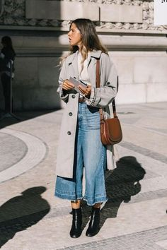 wide leg denim with a trench and booties - fall street style 2018 Wide Leg Denim mit Trenchcoat und Street Style 2018, Looks Street Style, Autumn Street Style, Winter Street Styles, Street Chic, Winter Fashion Street Style, Celebrity Street Fashion, Wide Leg Pants Street Style, Culottes Street Style