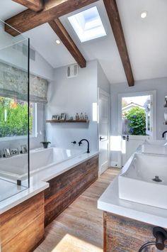 Natürliche Materialien im #Badezimmer: Tolle dunkle Dachbalken mit Fenster in den Himmel #Wohnidee
