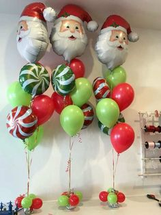 Santa foil with candy swirls, green and red latex. School Christmas Party, Christmas Baby Shower, Christmas Party Decorations, Noel Christmas, Christmas Centerpieces, Christmas Favors, Centerpiece Ideas, Grinch Party, Ballon Decorations
