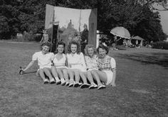 En 1944, elle rencontre pour la première fois sa demi-sœur, Berniece BAKER-MIRACLE (photos du bas), dans le Tennessee, son demi-frère, Hermitt Jack, étant mort plus tôt. La première photo quasi professionnelle de Norma Jeane est prise à l'automne 1944 par le photographe David CONOVER (photos couleures) dans le cadre d'une campagne de l'armée américaine pour illustrer l'implication des femmes dans l'effort de guerre (photos 1,3,5 Norma et ses collègues de travail). En quelques mois, elle fait…