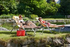 Kühle Erfrischung an heißen Tagen, Ruheoase und Jungbrunnen. Outdoor Furniture, Outdoor Decor, Sun Lounger, Hammock, Fountain Of Youth, Formal Gardens, Summer Vacations, Recovery, Nature