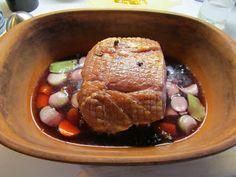 1 kg Hamburgerryg 2½ dl. Vand 1 dl. Rødvin 6 chalotteløg 1 stor gulerod 8 enebær 8 peberkorn 2 laurbærblade Sauce: eller Stuvet Grønlan...