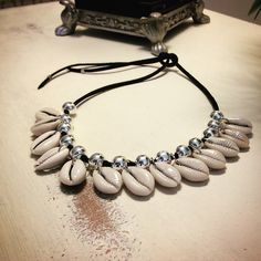Collar serraje conchitas , disponible en dos colores