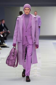 Versace Embraces Space Age Fashions for Fall Collection Runway Fashion, Men's Fashion, Fashion Show, Fashion Trends, Monochrome Outfit, Monochrome Fashion, Moda Streetwear, Military Chic, Versace Men