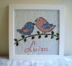 Lindo quadrinho para porta maternidade, trabalhado em mosaico com passarinhos provençais e nome do bebê. Mede 34x34 cm.
