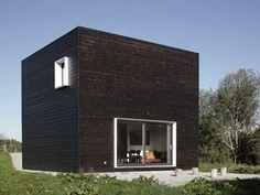 La récente construction signée par le tandem d'architectes Beckmann N'Thépé a de quoi surprendre. Maison noire cubique plantée au beau milieu d'un bocage normand, la nouvelle réalisation ne manque pas d'audace. Tout en sobriété, le projet minimaliste répond également à un facteur de taille, celui du prix, soit 120.000 euros. Découverte.