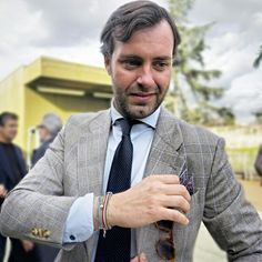 The spanish style blogger Victor Amaro at the last Pitti87 wearing our Peach Blossom pochet square by @serafinesilk! Shop it now at www.serafinesilk.com   #serafinesilk #pocketsquare #pochette #blog #blogger #instafashion #pu87 #menswear #victoramaro #pitti #p87 #pittiuomo87 #elegant #pittimagine87 #anglomaniaspain #anglomania #glentshoes #british #gentlemen #gentleman #dandy #dandys #streetstyle #classy #cabodemar #gq #britishstyle #fashionblogger #sprezzatura #princeofwales #glent…