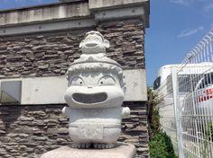 しあわせ三像(「桃太郎電鉄」の登場キャラクターである「貧乏神」をモチーフにした石像3体の総称) の「貧乏神」の頭の上に、猿が乗った「貧乏がサル」像