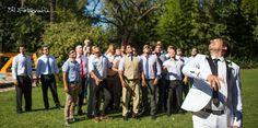 Momento de los hombres! Tirando un corcho esta vez. Casamiento de día en Pilar. Novio con amigos. Fotografia de bodas en Argentina.