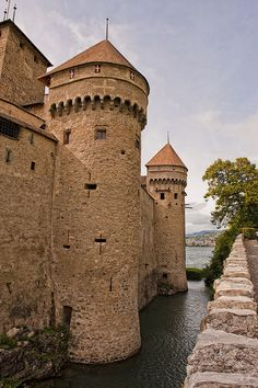 Chateau de Chillon towers on the shores of Lake Geneve, Switzerland (by ZY-CO). Castle Pictures, Castle In The Sky, Lake Geneva, Medieval Castle, Kirchen, Cathedral, Beautiful Places, Scenery, Places To Visit