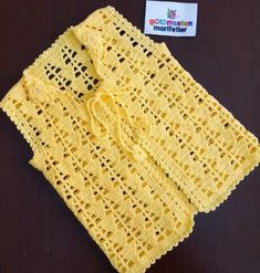 No photo description available. Gilet Crochet, Crochet Cord, Crochet Shell Stitch, Crochet Cardigan Pattern, Crochet Waistcoat, Crochet Shirt, Crochet Jacket, Crochet Stitches Patterns, Crochet Baby Sweaters