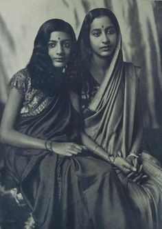 Indian Mother and Daughter by Photographer Grete Kolliner - 1931 - Old Indian Photos Indian People, Vintage India, Vintage Beauty, Fashion Vintage, Vintage Pictures, Vintage Photographs, Indian Outfits, Alter, Indian Beauty