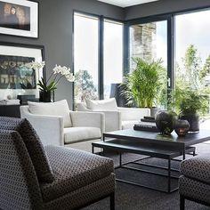 Det finnes mange måter å møblere en stue på. Sofaen kan kombineres med fleksible bord, paller og stoler. Miks ulike design og tekstiler for å skape spennende kontraster i rommet.    Møblene fra Slettvoll er designet for at du enkelt skal kunne kombinere de med hverandre.    Se mer i høstens katalog på vår nettside. #slettvoll