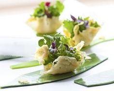 Snacks de mesclun en mini coques de parmesan