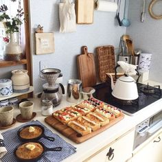 Having a cute kitchen to do meal prep in Brunch Mesa, Kitchen Dining, Kitchen Decor, Slow Living, Aesthetic Food, Cute Food, Food Inspiration, Food Photography, Food Porn