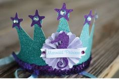 Muchas de ustedes me han pedido ideas de decoraciones de fiesta de la Sirenita Ariel, y aquí están… tortas increíbles, cupcakes, centros de mesa, y muchísimas ideas más que te servirán para a…
