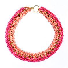 Collar dorado con cordones de fucsia y coral / por BotonDeNacar
