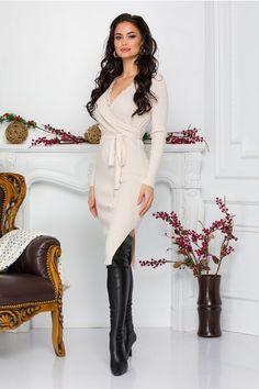 Alege un model deosebit de rochie din tricot cu decolteu in V accesorizat cu broderie. Are maneci lungi, textura reiata si cordon in talie. Casual, Embroidery, Tricot