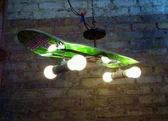 Luminária feita com shape de skate.