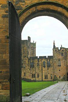 Alnwick Castle, Northumberland, England - photo by Perullo de Ledesma England And Scotland, England Uk, Alnwick Castle, Castles In England, English Castles, Irish Sea, Hogwarts, Beautiful Castles, English Countryside
