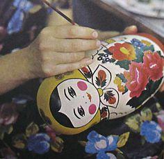 PAinting of Semionovskaya matruoshka . Семёновская матрёшка .  В городе Семёнове ( в 70-ти км от Нижнего Новгорода) основное производство русских матрёшек.