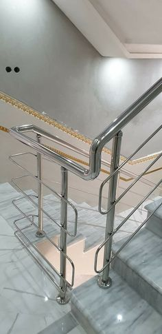 Steel Stairs Design, Staircase Railing Design, Modern Stair Railing, Modern Stairs, Balcony Grill Design, Grill Door Design, Balcony Railing Design, Gate Design, Stainless Steel Stair Railing