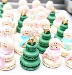 Our kind of macarons for the holidays! Cute reindeer macs by · · · Macaron Cookies, Macaron Recipe, Christmas Deserts, Christmas Baking, Macarons Christmas, Cute Desserts, Dessert Recipes, Cookie Desserts, Delicious Desserts