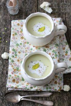 Soupe de Chou-fleur à la noix de coco : Pour 2-3 personnes)  1 cuillère à soupe de beurre de noix de coco  Un oignon haché  100 g de poireaux hachés  4 gousses d'ail (entier)  300 g de chou-fleur coupé en tranches (pour les fleurs)  5 dl d'eau 1,5 dl +  3 cuillères à soupe de lait de coco (pribl.0, 5 dl)  sel  poivre
