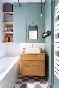 Le style vintage va à ravir à la petite salle de bains Bathroom Vanity, Bathroom Interior, Small Bathroom, Room Wall Tiles, Blue Bathroom, Bathrooms Remodel, Bathroom Design, Room Tiles, Tile Bathroom