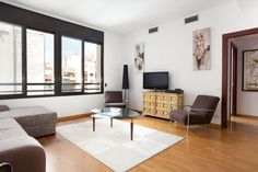 Great Apartment with 3 bedrooms and 2 bathrooms and private parking in the center of Barcelona.  It is a large apartment of 120 m2, has 3 bedrooms with double beds, 2 bathrooms with bathtub, a large living room with sofa bed, a table to enjoy your meals. There is also a great high definition TV, DVD. Maximum 8 people.