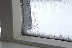 Does Condensation Build Up On The Inside Of Your Home's Windows During The Heating Season? Winter Window Condensation Is A Growing Problem In Canada And Its Root Has A Surprising Origin. Rv Windows, House Windows, Luminaire Ikea, Window Condensation, Window Repair, Double Vitrage, Isolation, Cleaners Homemade, Simple Life Hacks