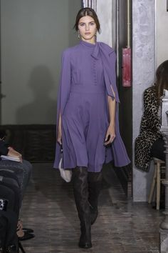 The complete Valentino Pre-Fall 2017 fashion show now on Vogue Runway. Modest Fashion, High Fashion, Fashion Show, Fashion Looks, Fashion Design, Fashion Women, Fashion 2017, Runway Fashion, Fashion Outfits