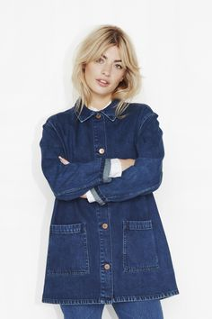 From puffer to bomber jackets, fake leather and fake fur. Artisanats Denim, Denim Shop, Gap Outfits Women, Boho Outfits, Casual Outfits, Amo Jeans, Double Denim, Denim Outfit, Types Of Fashion Styles