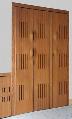 Con un patron geométrico establecido resaltan las rendijas estrechas de esta puerta de closets con suaves curvas en los pasa manos