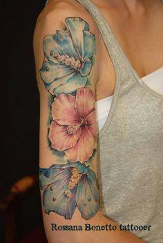 Hibiscus flowers tattoo tatuaggio fiori ibisco, Rossana Bonetto tattooer, Bloody Mary TATTOO PARLOUR, Zaragoza, Spain.