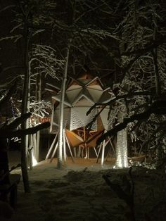 Oakland-based O2 treehouse, which is renowned for its treetop structures, added another feather to its cap. It has mutated and revamped a junkie backyard into a Copper Nest treehouse at the behest of their client. Interior Architecture, Interior And Exterior, Another World, Mother Nature, Nest, Copper, Backyard, Cabin, House Styles