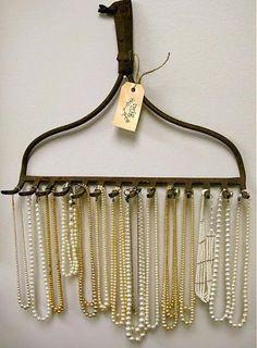 Många olika tips hur man återanvänder gamla rostiga redskap - här en smyckeshängare av en gammal kratta (in Swedish) // Reusing