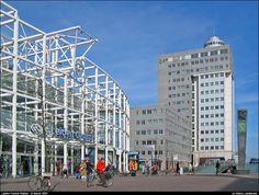 Het huidige stationsgebouw van architect Harry Reijnders is het vierde en werd in 1996 opgeleverd.